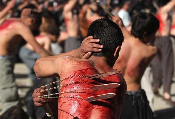 procesja biczowników podczas Ashura w miesiącu MuharramMuharram
