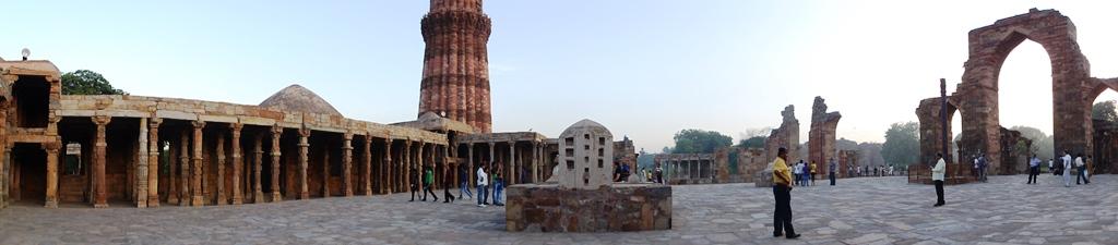 Qutub Minar = panorama z dziedzińca meczetu.