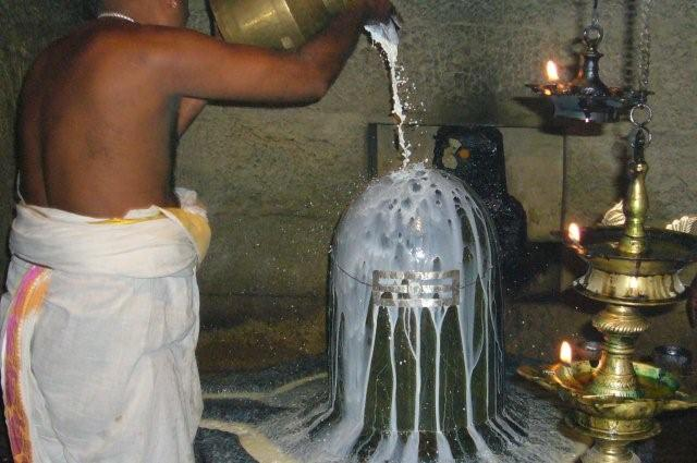 Shivalinga obmywany mlekiem w hinduskiej świątyni